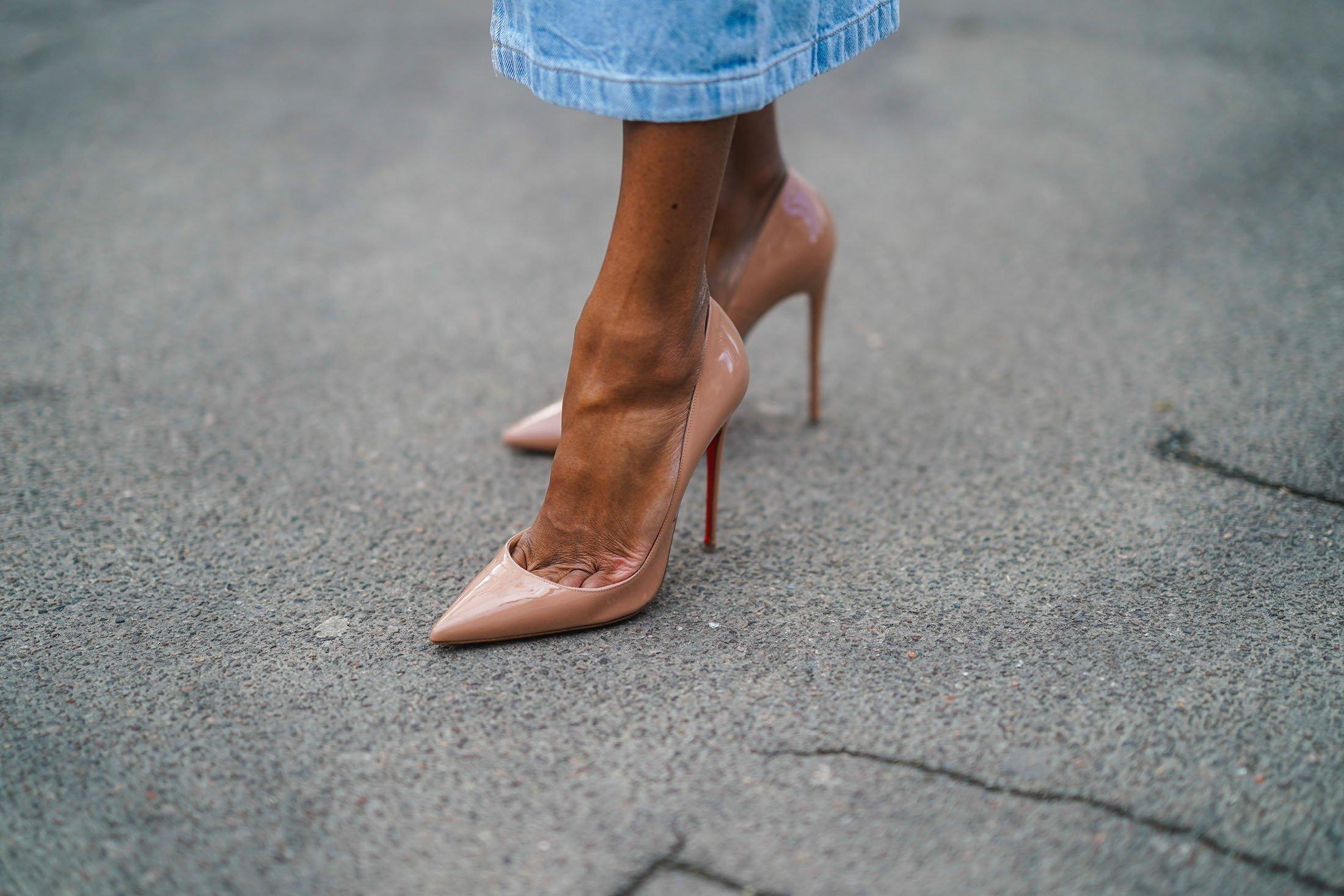 Sivri Louboutin pompaları gıpta ediliyor, ancak aynı zamanda gezegendeki 'en acı verici ayakkabılar' olduğu için eleştiriliyor. (Getty Images)
