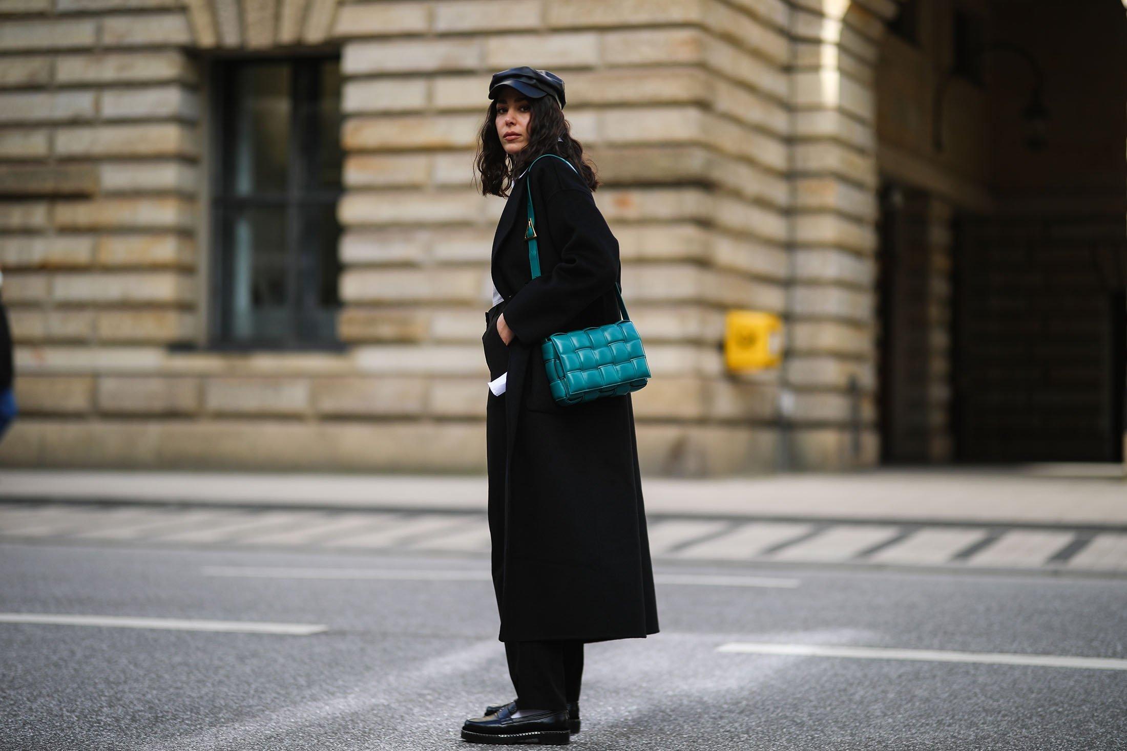 Influencer'lar bu örgülü Bottega Veneta çantasını 2020 ve 2021 boyunca spor yaptılar. (Getty Images)