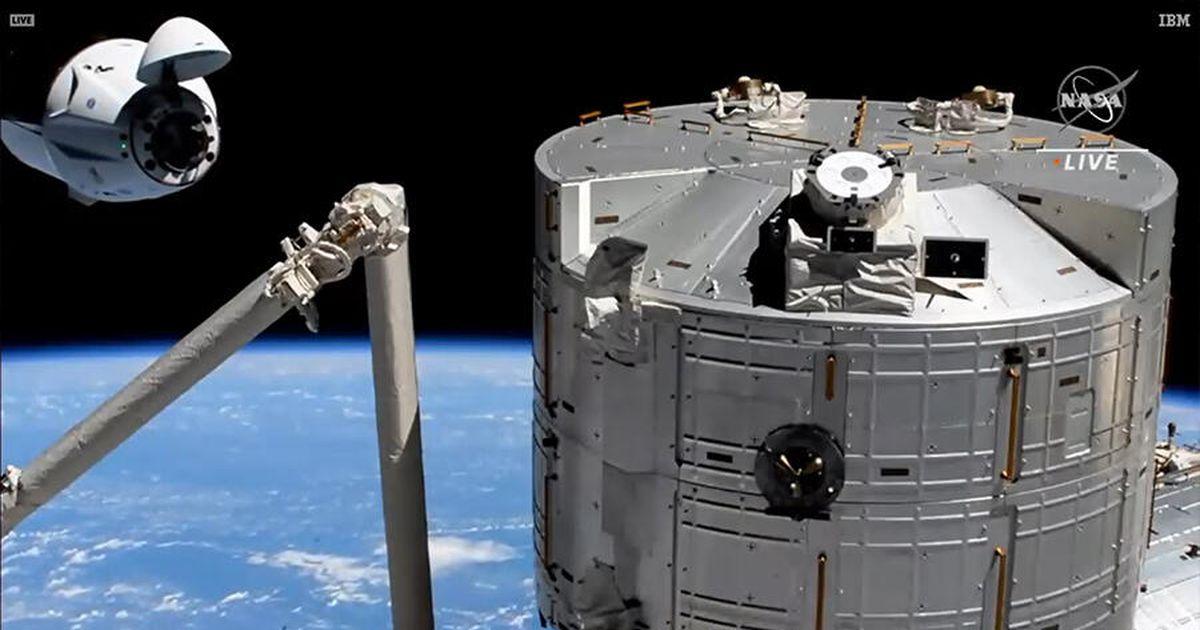 SpaceX, NASA Crew-2 astronotları uzay istasyonuna yanaştı, gemiye tırmandı