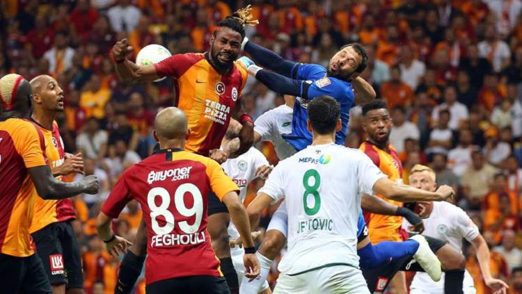 MAÇ BİTTİ! Galatasaray oldukça zorlandığı maçta Konyaspor'u son dakikalarda bulduğu golle 1-0 mağlup etti ve şampiyonluk yarışındaki iddiasını son haftalara taşıdı.  90' DİREKTEN DIŞARI! Ryan Babel'in pası sonrası Ömer Bayram ceza sahasının ilk metrelerinden sol ayağıyla müthiş bir şut çıkardı. Kaleci Sehic'in parmak uçlarıyla dokunduğu top direğe çarpıp dışarı çıktı.  87' GOL! Sol çaprazda topu alan Ryan Babel topu sağına doğru çekip uzak mesafeye rağmen çok sert vurdu. Kaleci Sehic'in sektirdiği topu kale ağzında Emre Akbaba tamamladı: 1-0